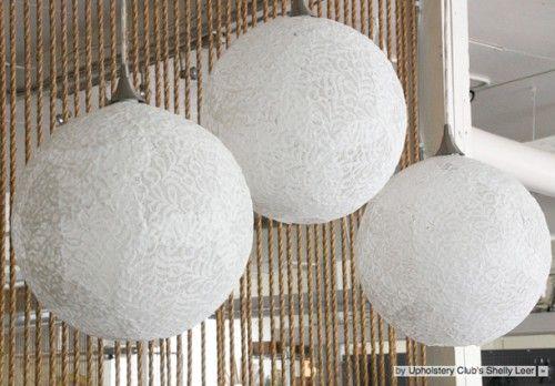Wij zijn groot fan van de prachtige kanten bollampen die je tegenwoordig zo veel tegenkomt op internet. Door de kanten structuur geven ze prachtig, gefilterd licht. Wil jij zelf ook zo'n mooie lamp maken? Hier vind je een uitgebreide handleiding! http://www.welke.nl/inspiratie/Maak-zelf-deze-romantische-bollamp-met-handleiding