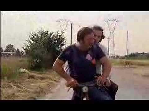 Dal film Berlinguer ti voglio bene (1977)  Carlo Monni (Bozzone)  Roberto Benigni (Mario Cioni)