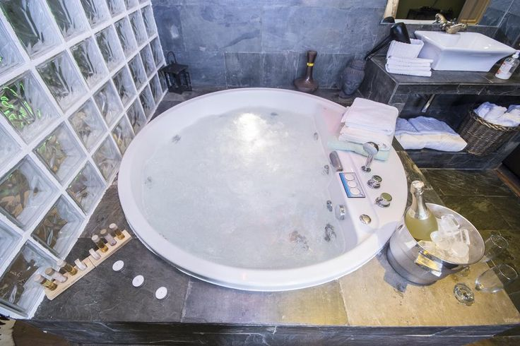 Suite con jacuzzi redondo Alaia Holidays