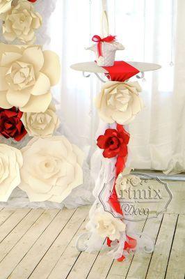 Белый столик регистратора и декор цветами
