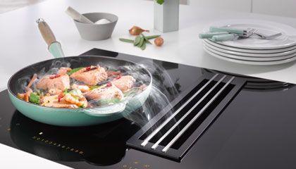 Miele - Geniet van het vrije zicht tijdens het koken! De inductiekookplaat beschikt aan beide kanten over een flexibele PowerFlex-kookzone, waardoor kook- en braadpannen van verschillende formaten kunnen worden gebruikt. Bij het inschakelen van de TwinBooster is er een ongekend hoog vermogen om water razendsnel aan de kook te brengen of een gerecht te wokken. De geïntegreerde afzuigkap zorgt voor het snel en effectief verwijderen van damp en geurtjes.