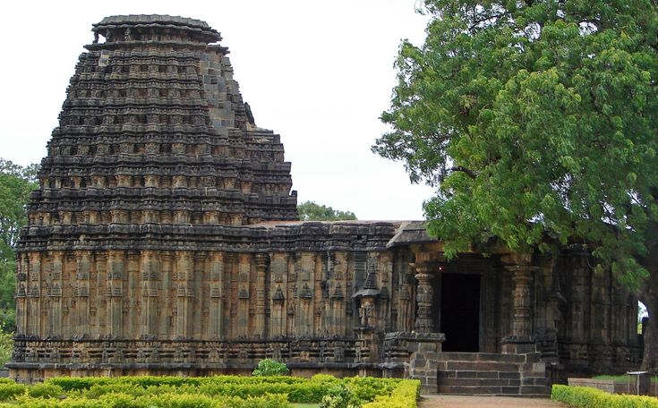 #Doddabasappa_Temple - An Ideal Way to Start a Day! - I have observed in my journey that temples in #Karnataka have a completely unique appearance as the ancient temples do not have any tower, dome, or crowns. Most of the ancient temples have flat roof.