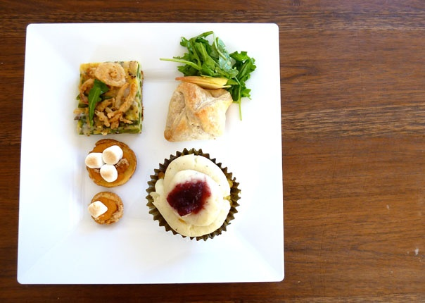 Thanksgiving savory cupcakesCranberries Sauces, Mashed Potatoes, Turkey Dinner, Green Beans, Cornbread Stuffed, Dinner Cupcakes, Thanksgiving Cupcakes, Beans Casseroles, Plates Cakelett