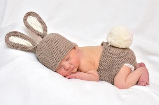 Babyset zum Häkeln im Hase-Look fürs erste Fotoshooting - Häkelanleitung via Makerist.de