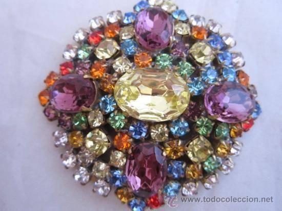 Muy bello y alegre broche vintage con finos y bonitos cristales de bohemia