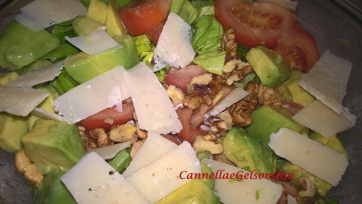 Insalate di primavera, pomodori, avocado, noci, scaglie di grana