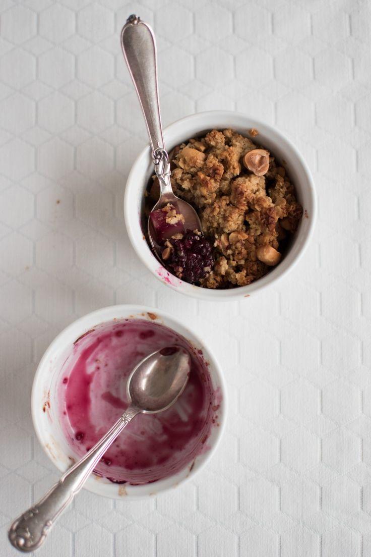 Små morgenmadscrumbles med pære, bær og vanilje samt et sprødt låg af havregryn, smør, ahornsirup og ristede hasselnødder.