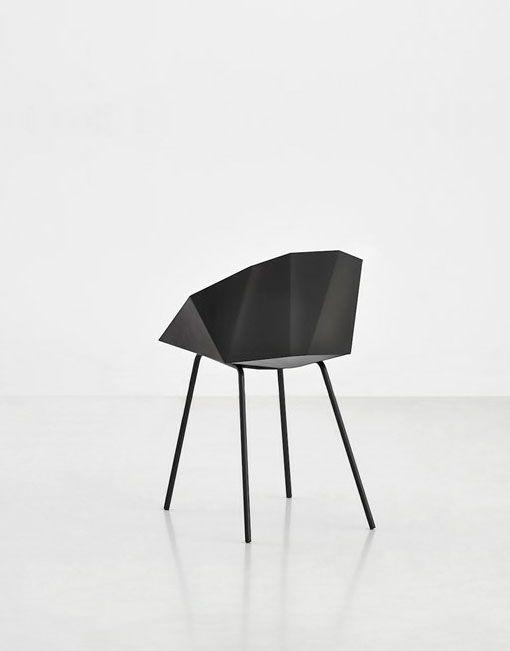 El diseño minimalista de las sillas negras Buk está inspirado en el arte japonés del plegado de papel origami. Buk es una silla sencilla, con un asiento de chapa metálica curvada de una sola pieza. El metal normalmente se percibe como un material duro y rígido, pero Buk