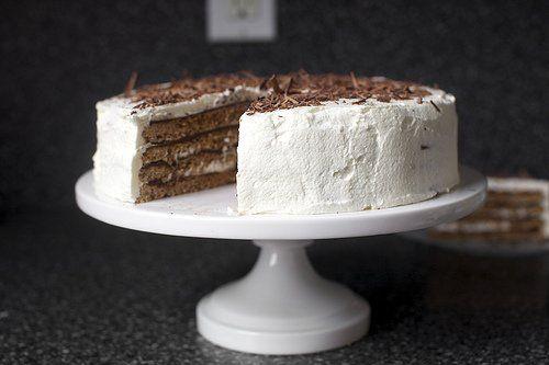 Deze heerlijke taart is gemaakt van diverse lagen van macaron-achtig deeg, afgewisseld met lagen chocoladevulling en slagroomglazuur. Het macaroon-deeg maak je van 300 gram fijngemalen hazelnoten, die je mengt met 6 eiwitten. Het slagroomglazuur bevat bovendien een drupje Frangelico likeur, hmm!Dit