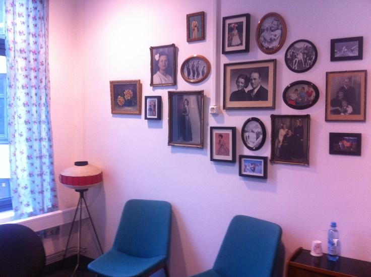 Koselig med gamle familiebilder på veggen. Og rammer trenger du ikke kjøpe nye. #bruktduellen (Bli med på www.bruktduellen.no)