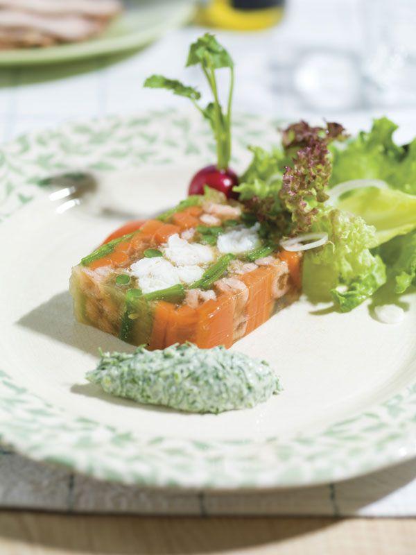 1. Reinig de verschillende groenten, salade en kruiden. 2. Schil de wortelen en snij ze in lange repen. 3. Week de gelatineblaadjes in koud water. 4. Snij de visfilets eveneens in lange repen van ± 2 cm diameter. 5. Stoom de vis gaar en laat afkoelen. 6.