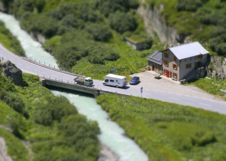 Diese Brücke über einen Fluss in den Schweizer Alpen – aufgenommen mit einem Tilt-Shift-Objektiv – wirkt wie in einer Miniaturlandschaft. #tilt_shift #miniatur #landschaft Bei Fotos fürs Leben findet ihr Anregungen für dem Tilt-Shift-Effekt: http://www.fotos-fuers-leben.ch/inspire/fotobearbeitung/tilt-shift-mehr-als-nur-miniatureffekte/
