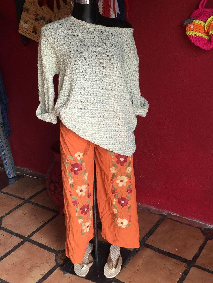 Pantalón de manta, bordado a mano, y suéter 3/4 de manga