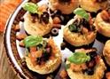Scones met zuiderse tartaar van trostomaatjes en olijven