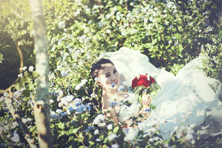 Beautiful portrait of the bride surrounded by flowers. Wedding of Huy & Uyên in Đà Lạt. Image by Tony Nguyen (CC-BY).