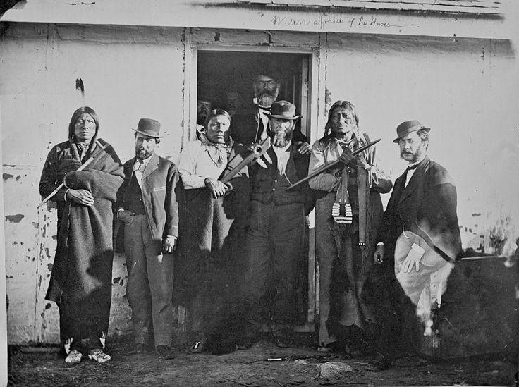 Treaty Council, Fort Laramie 1868. Red Bear, Benjamin Mils, Packs His Drum (Oglala), Amos Betteyoun, W.G. Bullock, Old Man Afraid Of His Horses (Oglala), John Finn. ? Почему у Человека Который Боится Своих Лошадей  сумка для трубки с шайенским орнаментом? Вероятно на фото ошибочно указано его имя. Я видел это фото в другом источнике, там было указано что среди них Шайены, по моему Маленький Волк или Тупой Нож.