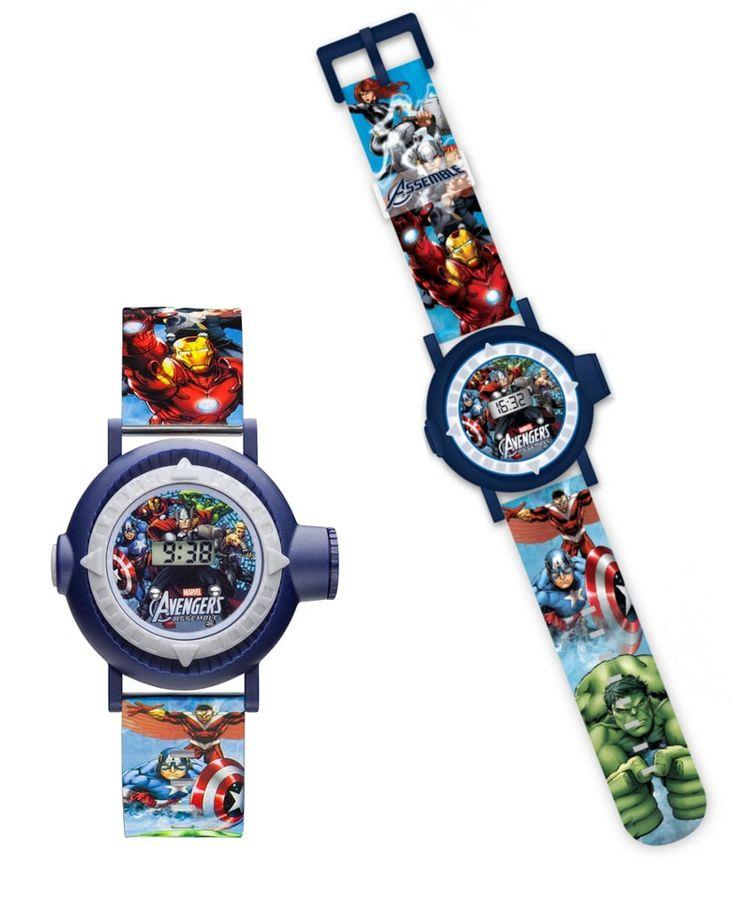 Montre projection Avengers Assemble. Tous les superhéros de la série TV Avengers Assemble concentré sur cette jolie montre digitale. Une montre qui affiche l'heure sur un écran LCD et qui projette 10 images des héros préférés des enfants ! #avengers #montre #enfant #garçon #cadeau