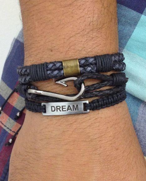 """FRETE GRÁTIS    Kit de pulseiras masculinas (unissex), composto de 3 pulseiras, sendo:  - 1 pulseira shambala confeccionada em macramê com cordão encerado na cor preto e plaquinha metálica gravado """"Dream"""" (sonhar)  - 1 pulseira de couro trançado na cor preto com detalhe metálico em banho ouro velho.  - 1 pulseira de couro trançado e entremeio de anzol em banho grafite.    > Informe no pedido o tamanho do seu pulso que faremos personalizada para melhor ajuste. Para medir seu punho, use uma…"""