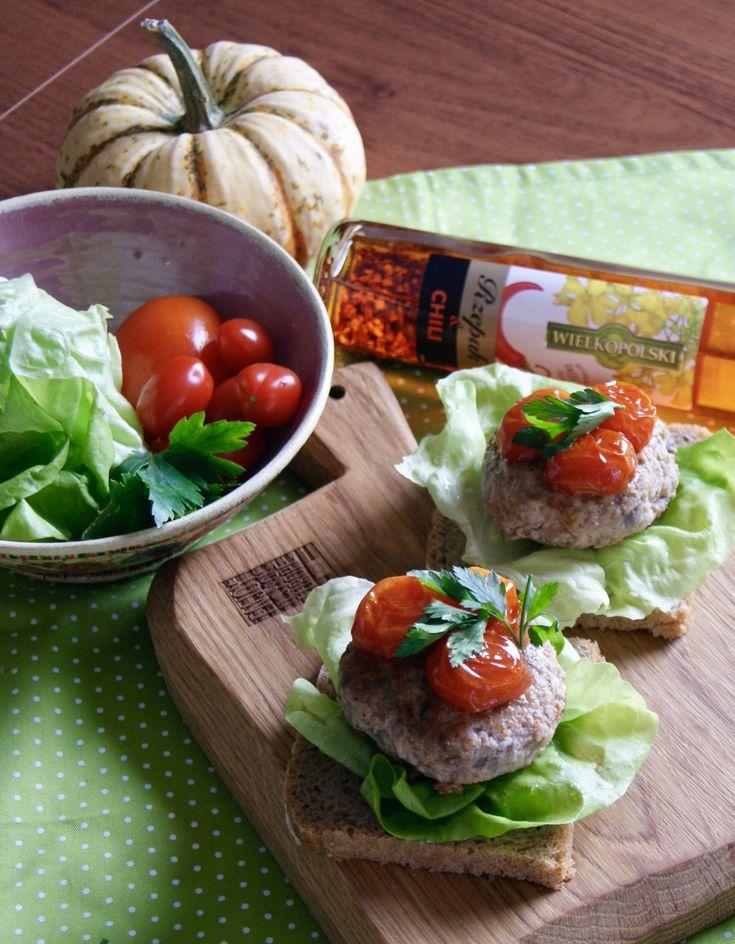 Tradycyjne mielone z pikantną nutą, podane na chlebku z liściem zielonej sałaty i ze słodkimi karmelizowanymi pomidorkami. Składniki: 500 g mięsa mielonego 1/2 czerwonej cebulki 1 ząbek czosnku 1 łyżka bułki tartej lub więcej 1 jajko 2 łyżki wody gazowanej 1 łyżka oleju wielkopolskiego z chi