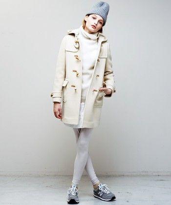 ミルキーカラーがかわいい白いダッフルコート。スッキリとしたコンパクトなシルエットが女性らしく、中もホワイトコーデ、ニット帽のグレーで少しはずして、大人のコーデに。