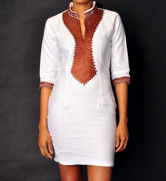 Robe blanche, broderie marron, robe Taille Plus  Col de lévêque. Long zip sur le côté pour louvrir.  Cette jolie robe blanche est fait à la main