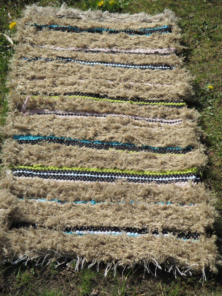 Černá rozzářila, hnědá utlumila 54x127 cm nebělená šestivláknová bavlněná osnova útek z tkalcovského ořezu bavlněno lněného, černého a tělového pletařského ořezu s proužky modré tričkoviny a zelené úpletové prostěradloviny běhounek, předložka i přehoz přes zahradní lavici
