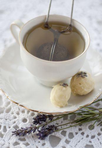 [ Lavendeltryffel ] 100 g vit choklad / ¾ dl grädde / 1 msk torkade lavendelblommor / 3 limeblad | Finhacka chokladen. Mortla lavendelblommorna så smakerna frigörs. Koka upp grädde m lavendel + limeblad. Sila av. Blanda den varma grädden m chokladen. Om klumpar, värm blandningen en stund över vattenbad. Ställ i kylskåpet att svalna. Rulla små bollar av tryffeln, vänd dem gärna i lite smält vit choklad. Garnera med några lavendelblommor på toppen.
