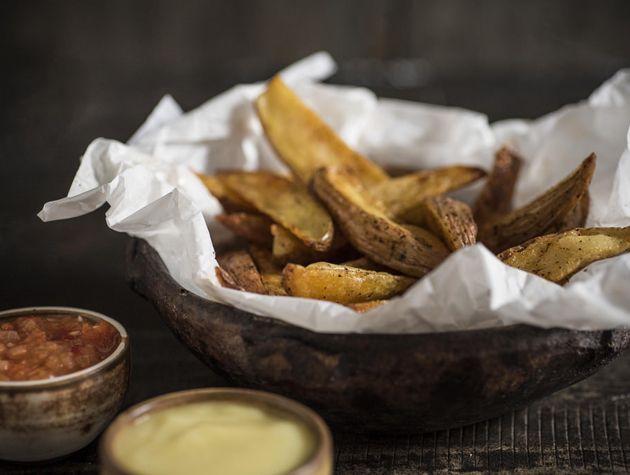 Receita Dedo de Moça: Batatas bravas com aioli e molhinho de tomate