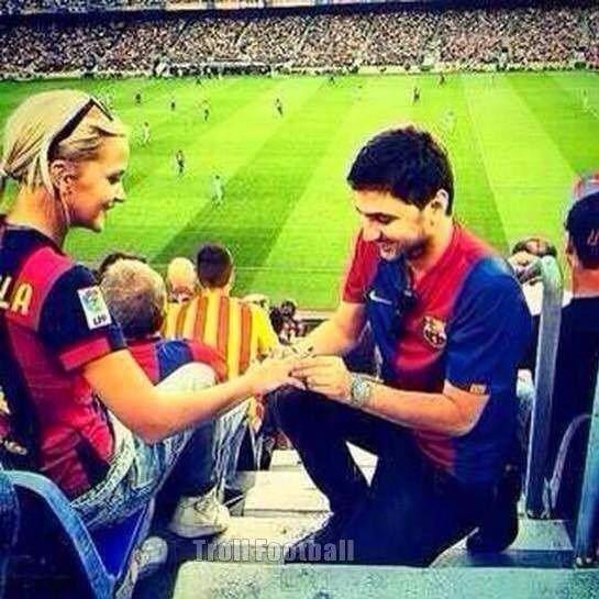 Chłopak popisał się oryginalnym pomysłem na zaręczyny • Oświadczyny podczas meczu FC Barcelony • Wejdź i zobacz niesamowity gest >>