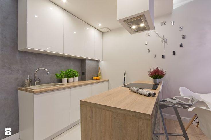 Szarości w nowoczesnym wydaniu - Mała otwarta kuchnia dwurzędowa z wyspą, styl nowoczesny - zdjęcie od SIMPLY DESIGN