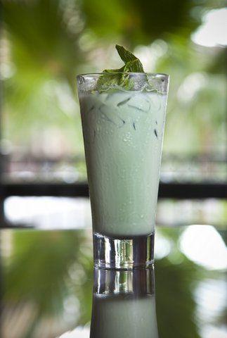 Grasshopper. Zoete frisse cocktail shake met roomijs, crème de menthe en crème de cacao.