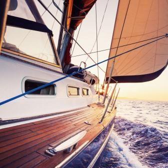 Trendykunst presenteert dit prachtige schilderij van een zeilboot op water. Met donkere kleuren door directe print van afbeelding op glas. De zeilboot vaart de zon te gemoed.