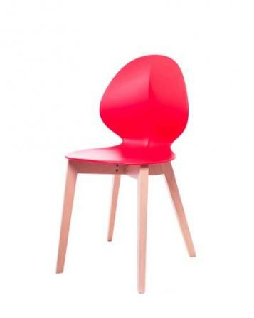 Elegantní plastová židle v červené barvě na dřevěných nohách.   Pokud toužíte po nadčasovém interiéru, jsou pro Vás plastové židle to pravé. Velmi oblíbený design 50. let příjemně oživí Váš domov a navíc už nebudete chtít sedět na ničem jiném.