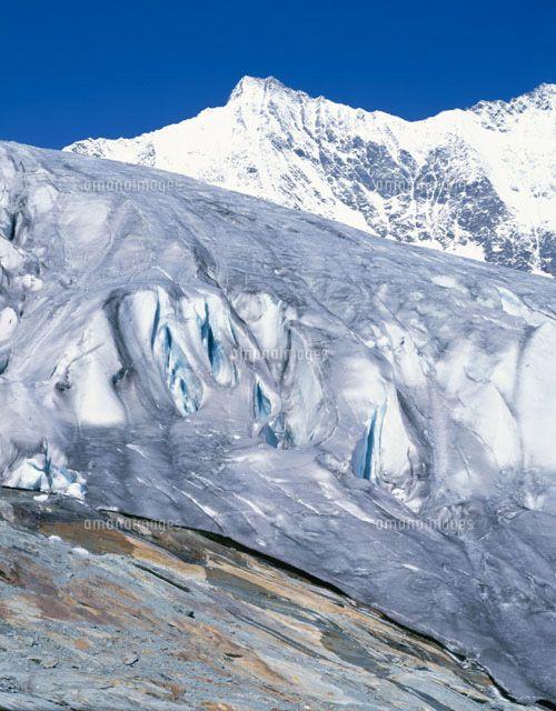フェー氷河とミシャベル連峰、スイスで二番目に高いドーム山の中心、4000m級の山々が連なっている。スイス 旅行・観光の見所!