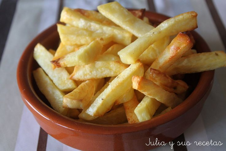 Las patatas fritas al horno son una estupenda opción para disfrutar de unas ricas patatas pero sin apenas calorías.Os parecerá increíble, pero os puedo asegurar que quedan crujientes y con una sabor incluso mejor que fritas. Ya las he hecho varias veces y en casa han t