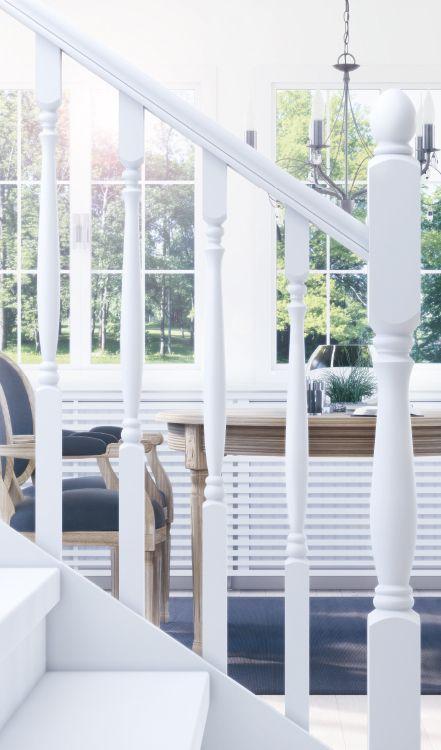 Trappräckesserie Oslo  Serien Oslo har svarvade detaljer som ger både ett exklusivt och klassiskt slutresultat. Den obehandlade furun möjliggör för den som vill sätta sin egen prägel på slutresultatet. Det genomtänkta konceptet innehåller bl.a. smarta lösningar för montering och skarvbara ändstolpar. Illustration och foto visar obehandlad furu som blivit målad med vitt.