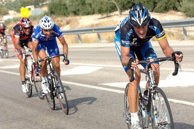 ゴール10km手前でアタックするジェイソン・マッカートニー(アメリカ、ディスカバリーチャンネル) : CYCLINGTIME.com