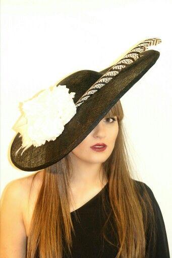 Pamela negra simamay con flor blanca y pluma de faisan www.nuriaordiales.com