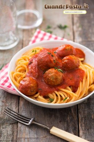 La pasta con le polpette al sugo è uno dei piatti italiani più famosi all'estero, reso celebre dalla romanticissima scena del cartone Lilli e il Vagabondo!