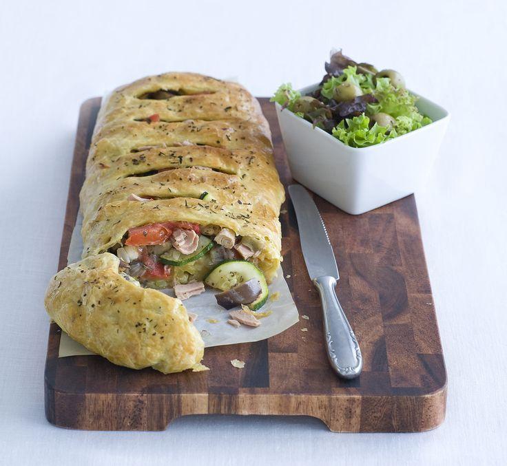 Groentes in bladerdeeg met tonijn van familieweekmenu.nl #groenterol #bladerdeeg #gerecht #lekker #koken #weekmenu #familieweekmenu  #recepten #food #foodphotography #tonijn #eetsmakelijk
