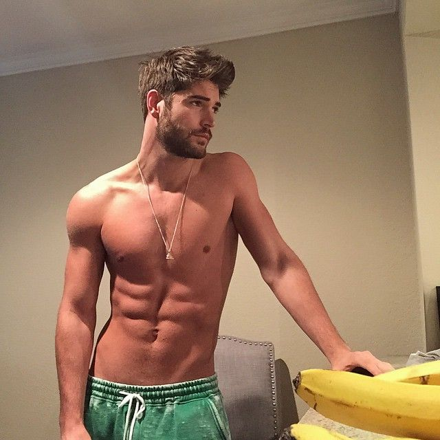 Hot shirtless guy and bananas | Shirtless muscle men | hot beards and scruff