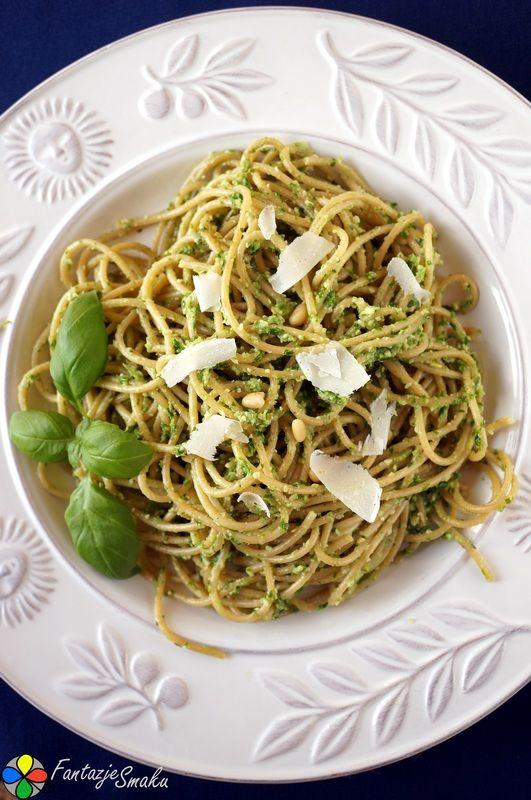 Spaghetti z domowym pesto z jarmużu, orzechów piniowych i parmezanu http://fantazjesmaku.weebly.com/spaghetti-z-domowym-pesto-z-jarmu380u-orzechoacutew-piniowych-i-parmezanu.html