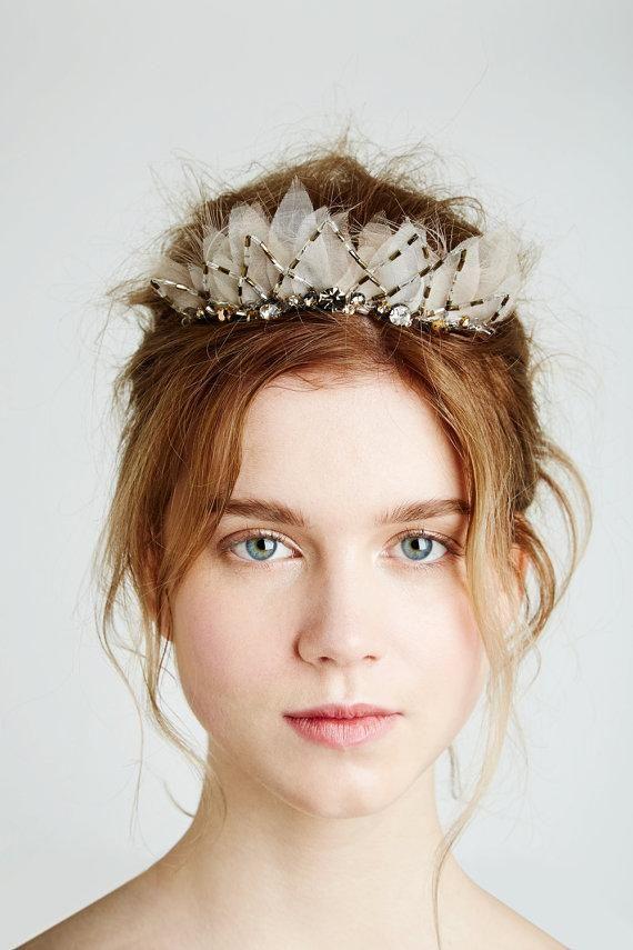 羽根付きティアラは後れ毛ヘアでナチュラルな雰囲気を出したい♡ 結婚式でやりたいヘアとティアラの合わせ方まとめ。ウェディング・ブライダルの参考に☆