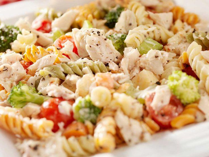Hoy vamos a preparar una ensalada de pasta con salmón especiado. La receta de la ensalada de pasta con salmon es un plato muy saludable.