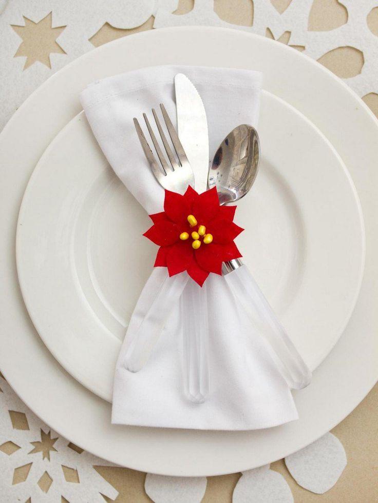 rond de serviette fleur de poinsettia rouge comme un accent sur la table de fête
