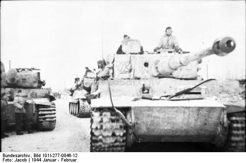 """Sowjetunion.- Panzer VI """"Tiger I"""" mit weißem Tarnanstrich auf verschneiter Straße; PK 697"""