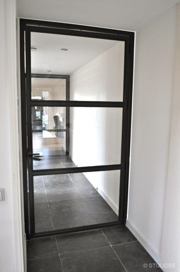 Binnendeur met glas en mat zwart stalen kozijnen   Fotografie STIJLIDEE Interieuradvies en Styling
