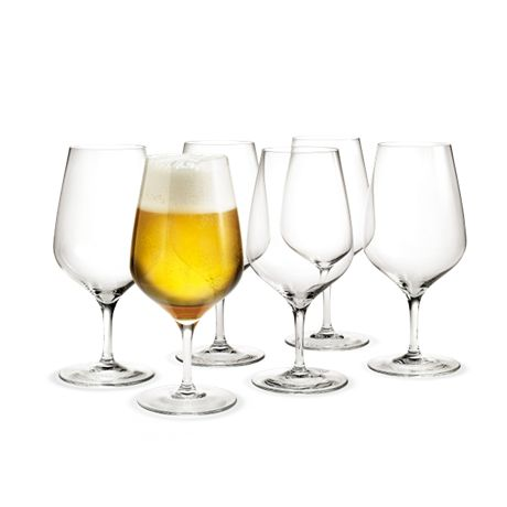 The beer glass from Peter Svarrer's Cabernet range is a good, all-round glass with a large surface to draw out the taste and aroma of the beer. It is ideal for both a cold lager and a strong vinous beer with a high alcohol content that requires more room to manoeuvre.  #holmegaard #cabernet #beerglass