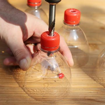 Flaschendeckel mit einem Bohrer durchbohren