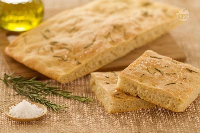La spianata romagnola è un prodotto da forno tipico dell'Emilia Romagna, preparata con rosmarino e sale grosso e degustata con ottimi salumi locali.